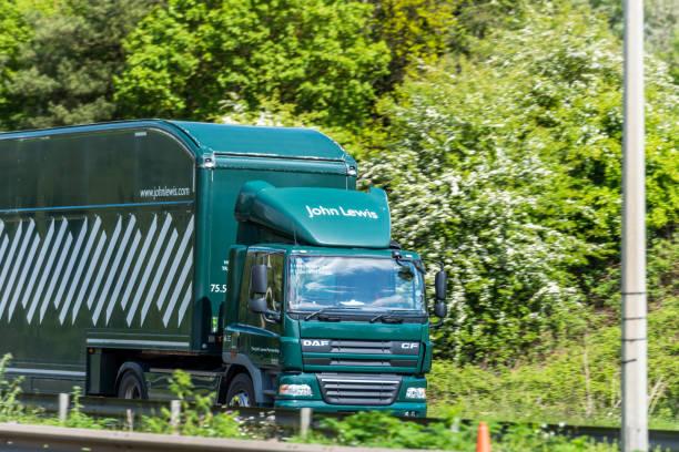 薩尼亞約翰·路易斯箱式卡車在英國高速公路上快速運動 - john lewis 個照片及圖片檔