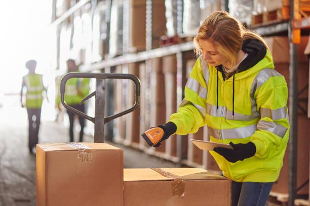 scannen in het magazijn - warehouse worker stockfoto's en -beelden