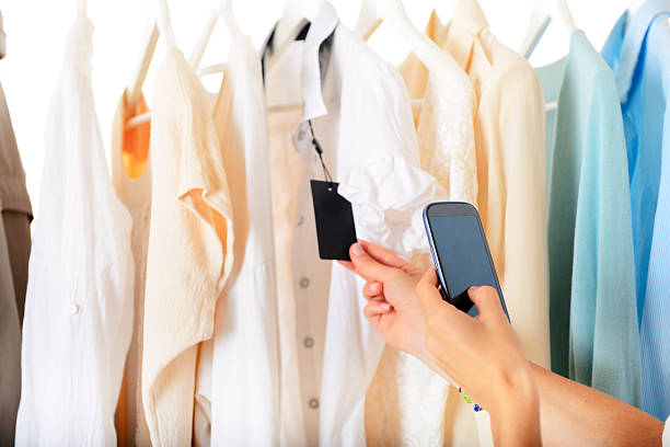 scannen qr-code auf shopping mall - dresses online shop stock-fotos und bilder