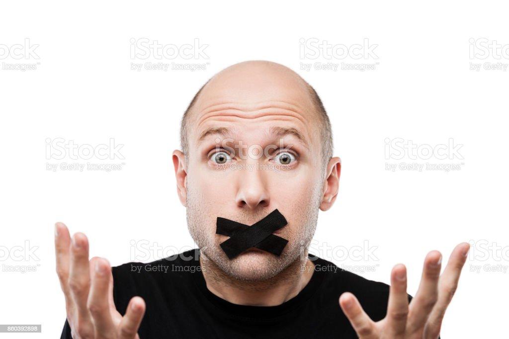 Hombre adulto miedo cinta adhesiva cierra boca - foto de stock