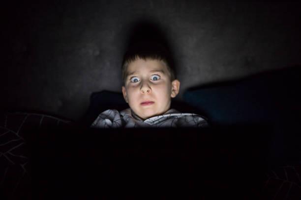 angst und schlaflose junge im schlafzimmer - marvel schlafzimmer stock-fotos und bilder