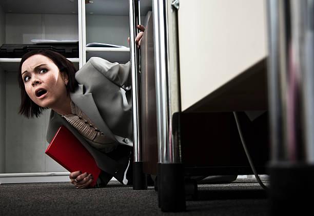 Ängstliche Geschäftsfrau verstecken hinter einem Eckzimmer – Foto