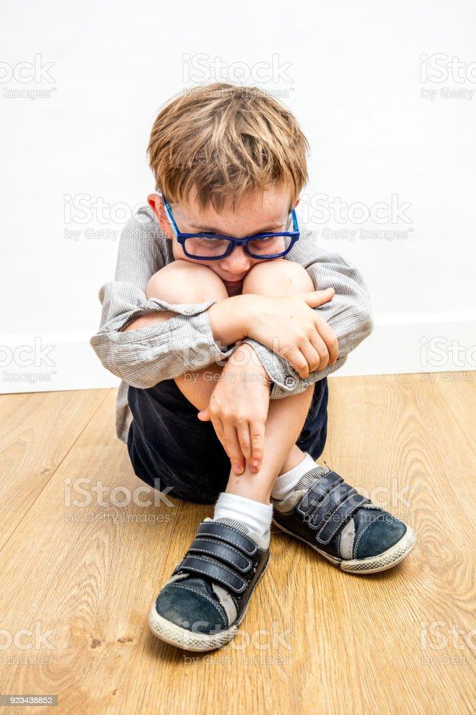 Angst Kind mit Brille und schützende Körpersprache gegen Mobbing – Foto