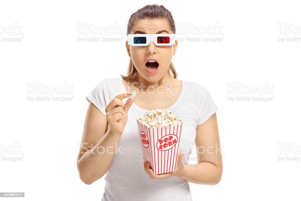 Peur de fille avec des lunettes 3D et pop corn - Photo