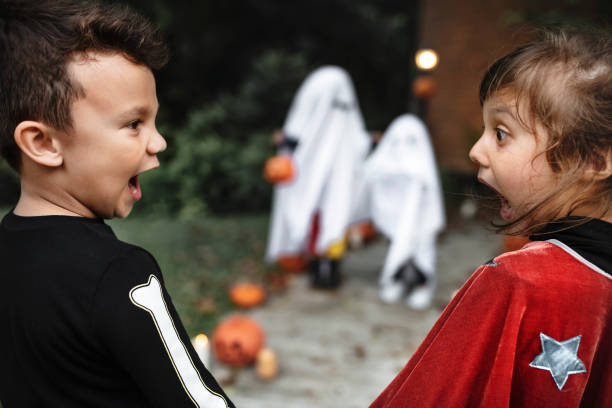 angst vor kleinen kindern zu halloween - geist kostüm stock-fotos und bilder