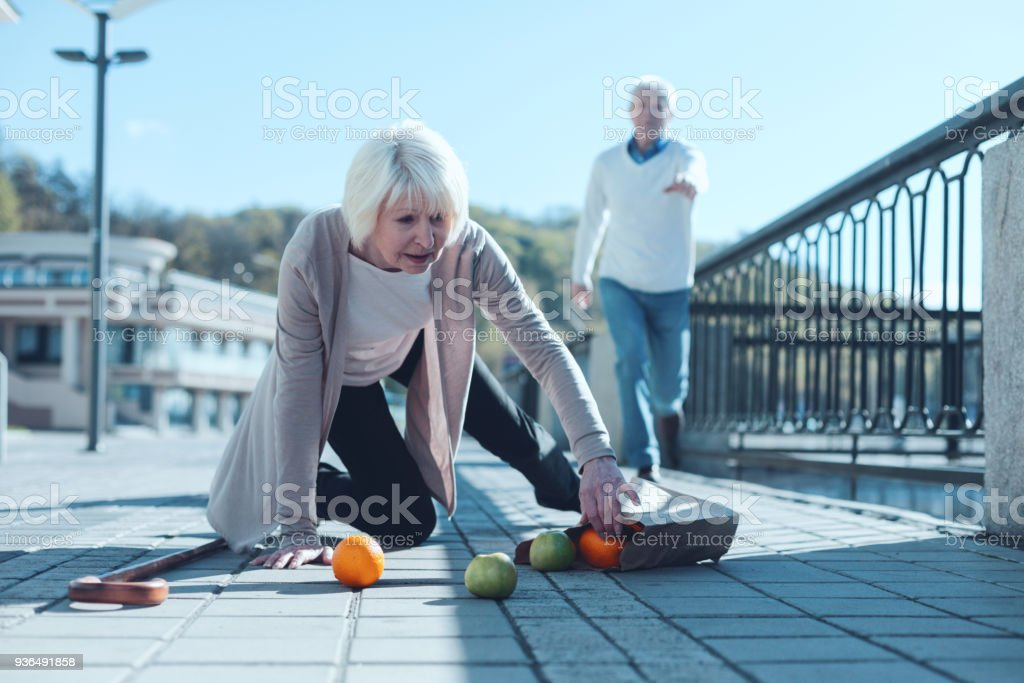 Angst vor Frau Lebensmittel beim fallen zu Boden fallen – Foto