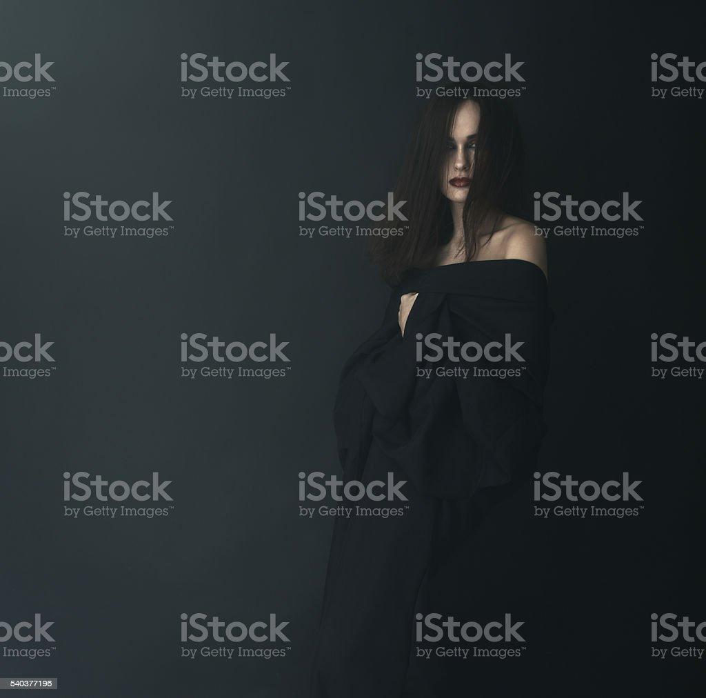 Mujer asustada en negro niebla - foto de stock