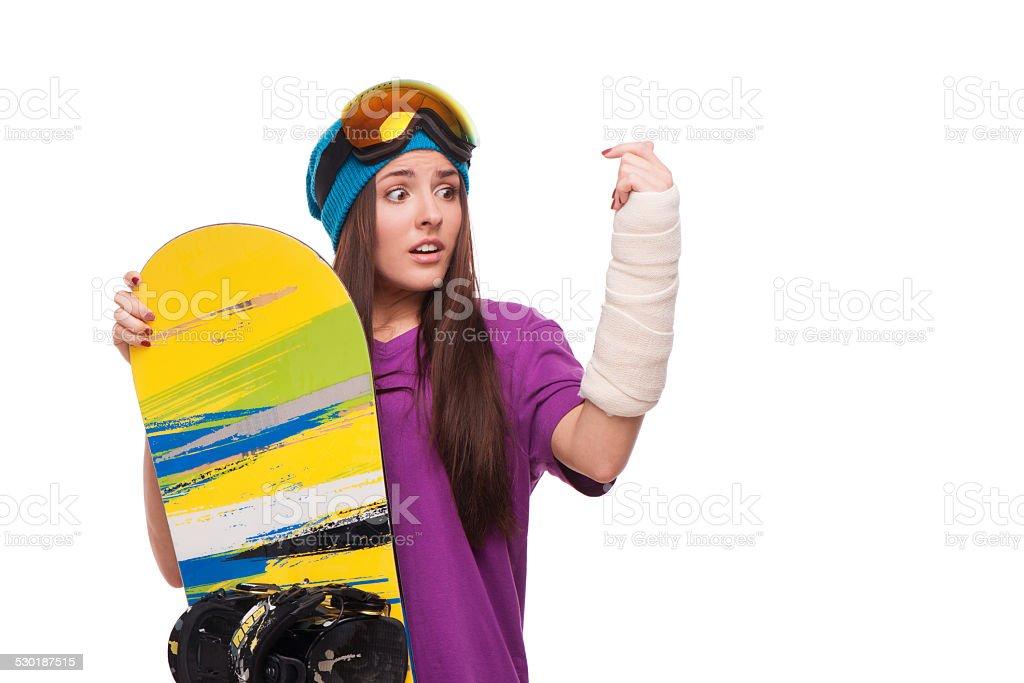 Mujer asustada con brazo fracturado y snowboard - foto de stock