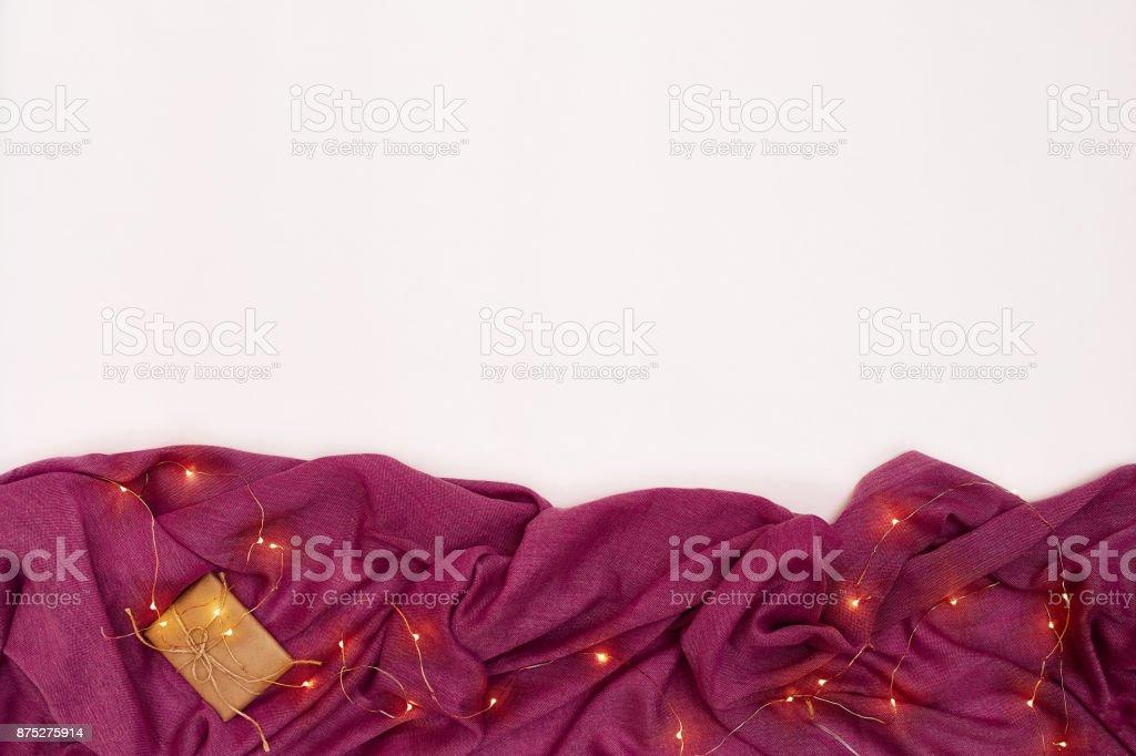 Cachecol e Natal luzes sobre fundo branco. Vista superior - foto de acervo