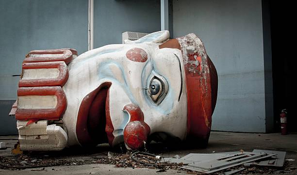 scary verlassenen clown head - abwesenheit stock-fotos und bilder