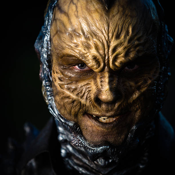 spaventoso alien creatura in piena trucco teatrale - theatre full of people stage foto e immagini stock