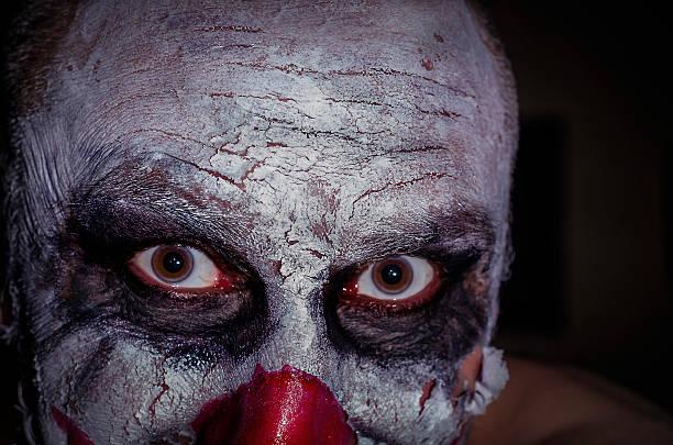 scary payaso de la cara aislada sobre fondo negro, imágenes en color, horror - foto de stock
