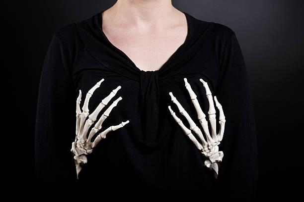 unheimlich toten groper - skelett hand stock-fotos und bilder
