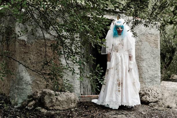 siniestro payaso mal con un vestido de novia - clown halloween fotografías e imágenes de stock