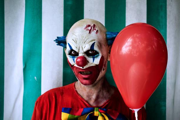 unheimlich böse clown im zirkus - horror zirkus stock-fotos und bilder