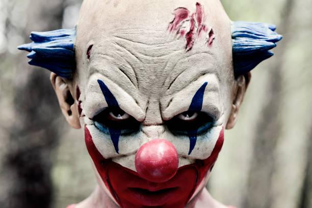 unheimlich böse clown im wald - horror zirkus stock-fotos und bilder