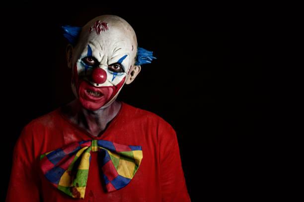 beängstigend böser clown - horror zirkus stock-fotos und bilder