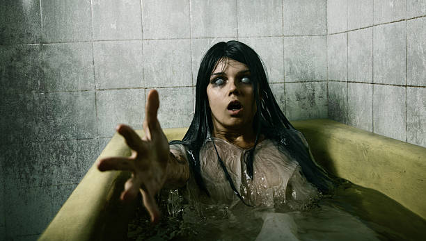 scary mädchen im bad - brüllender tod stock-fotos und bilder