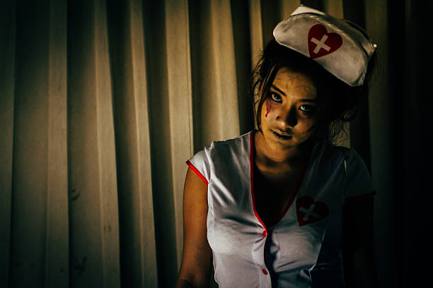 scary mädchen in krankenschwester kleid - brüllender tod stock-fotos und bilder
