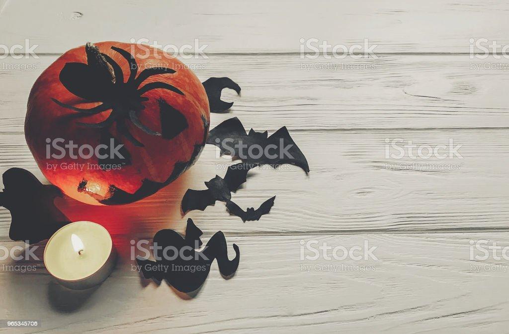 halloween effrayant. sombre spooky jack lanterne citrouille avec ghost chauves-souris et décorations de l'araignée noire avec lumière de bougie sur fond en bois. célébration de la fête. salutations saisonnières. Joyeux halloween - Photo de Araignée libre de droits