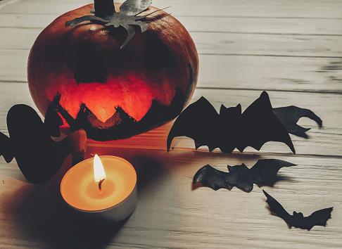 할로윈은 무서운 어두운 유령 잭 랜 턴 호박 유령 박쥐와 거미 검은 장식 나무 배경에 촛불 조명 휴일 축 하입니다 계절 인사말입니다 즐거운 할로윈 보내세요 10월에 대한 스톡 사진 및 기타 이미지