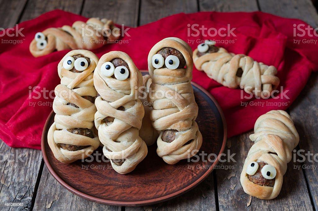 Scary halloween plats de saucisses momies enveloppés dans des boulettes de pâte - Photo