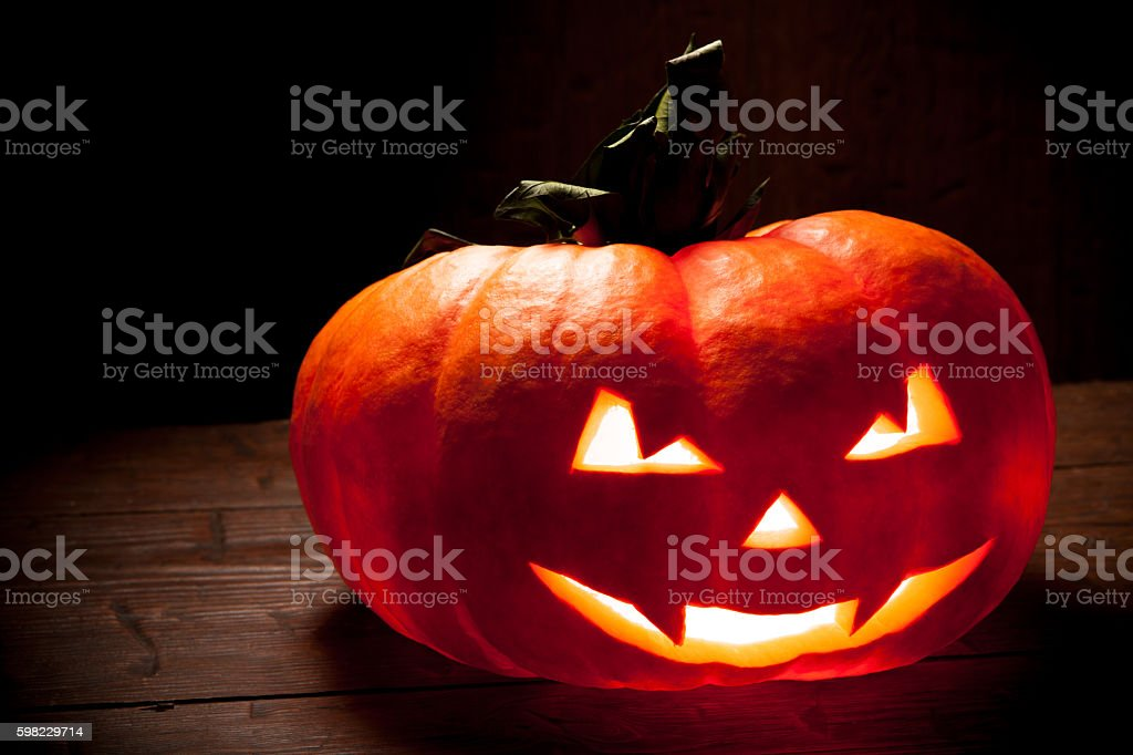 Scary Halloween pumpkin on a old wooden background foto royalty-free