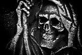 怖いハロウィーンのシンボル頭蓋骨の墓石