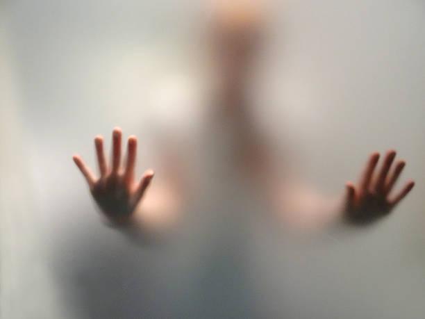 """scary hände, umrisse mattierten gedämpfte-up-fenster """"/ dusche - mädchen dusche stock-fotos und bilder"""