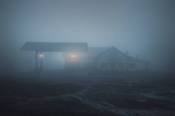 przerażająca stara stacja benzynowa w nocy - motel zdjęcia i obrazy z banku zdjęć
