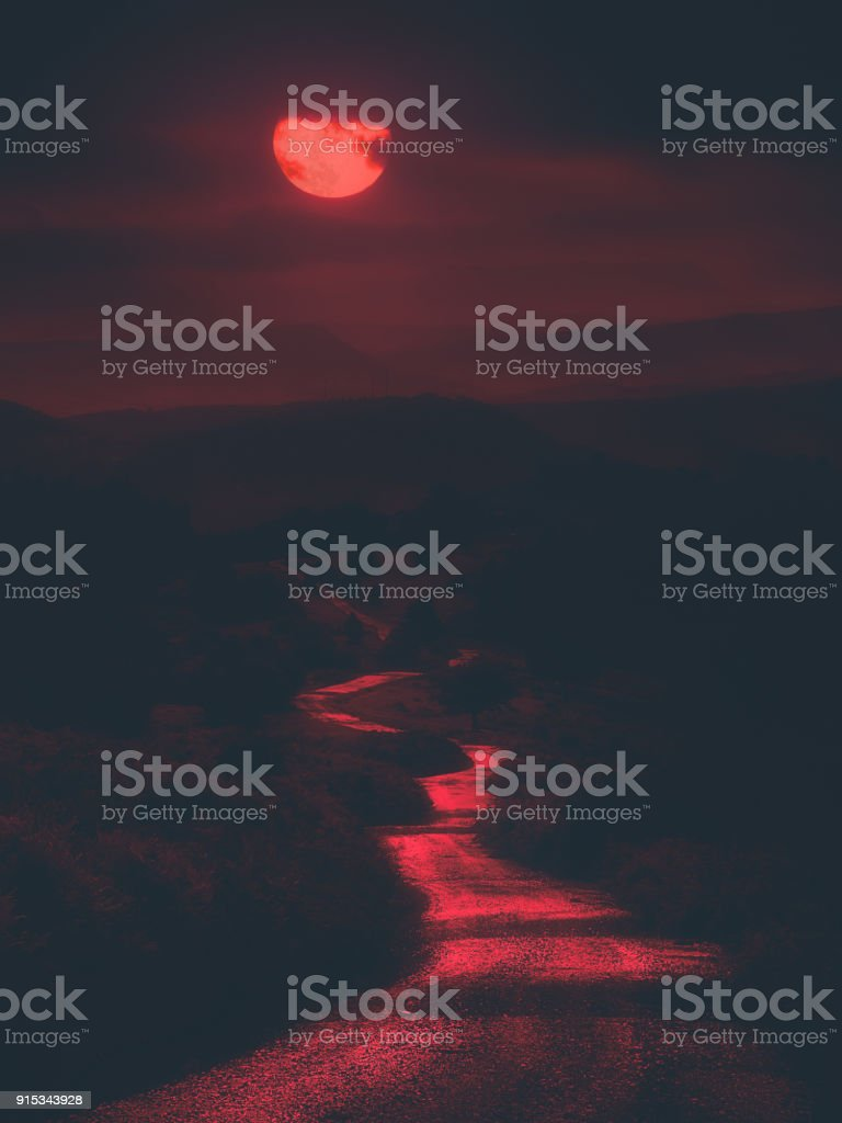 camino de miedo en la noche con Luna Roja sangrienta - foto de stock