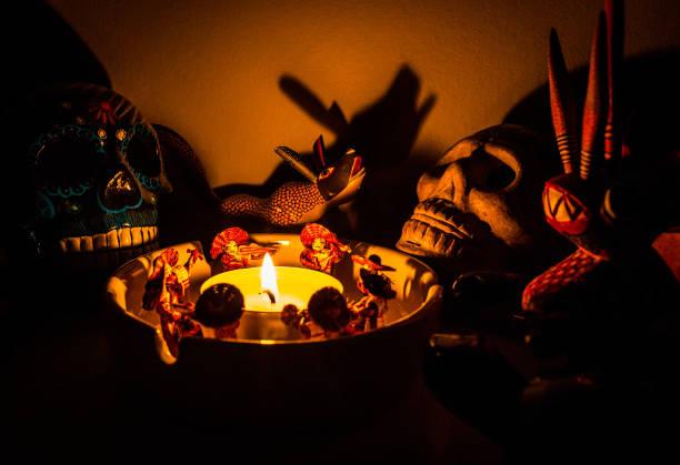 figuras ritual chamán miedo alrededor de una vela en la noche - foto de stock