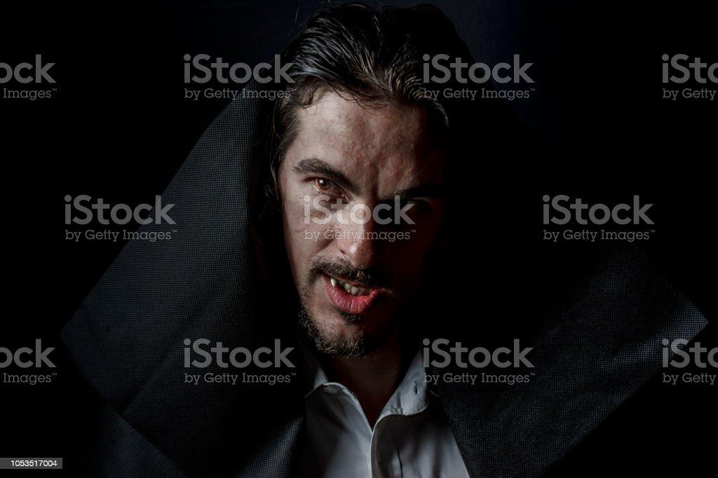 Gruselige Vampire In Der Haube Mit Roten Augen Stockfoto Und Mehr