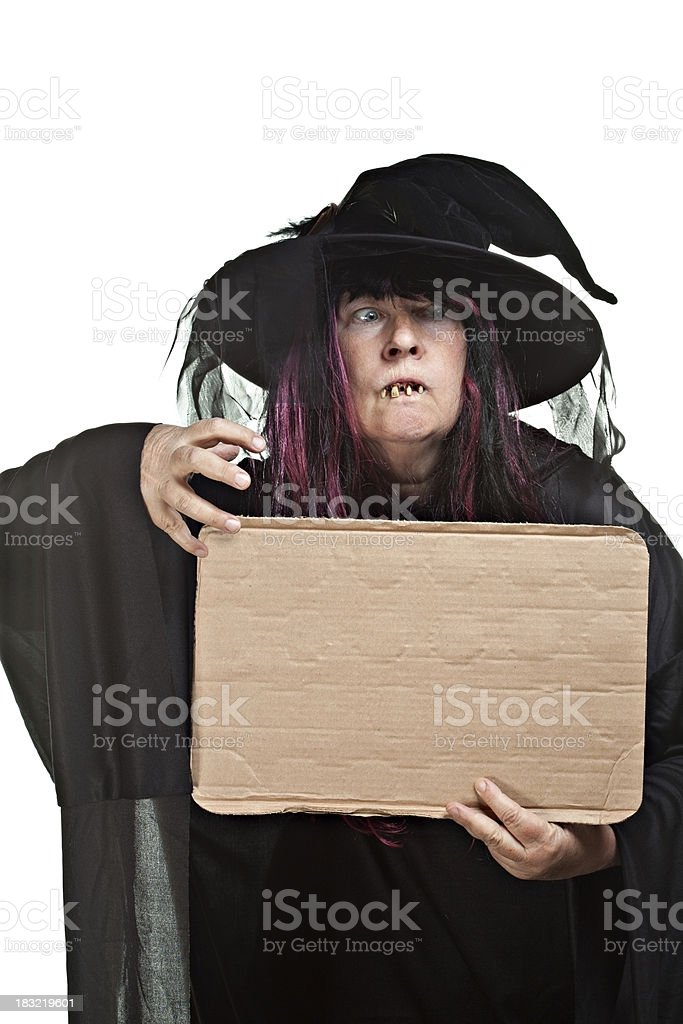 Scary bruja con un cartel en blanco - foto de stock