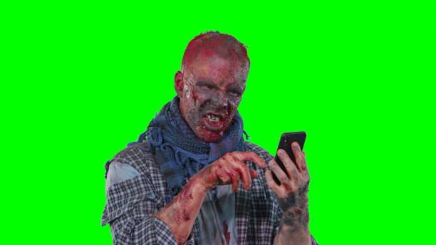 gruselige zombie halloween isoliert grün hintergrund - brüllender tod stock-fotos und bilder