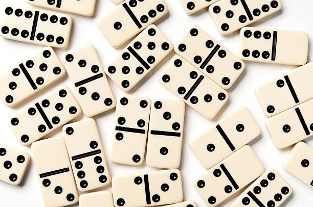 Verstreut Elfenbein domino Stücke, isoliert auf weißem Hintergrund – Foto