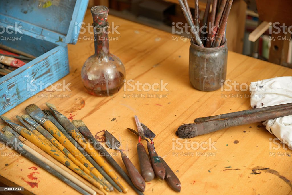 scattered on the table tools of the painter Lizenzfreies stock-foto