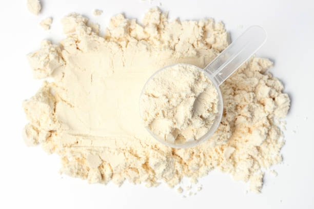 rozproszone białko i miarka na białym tle widok z góry, koncert żywienia sportowego. - białko zdjęcia i obrazy z banku zdjęć