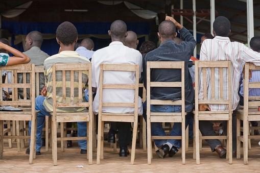Escena De Detrás De Los Hombres Sentados En Sillas En El Servicio De La Iglesia Burundi Bujumbura Foto de stock y más banco de imágenes de Adulto