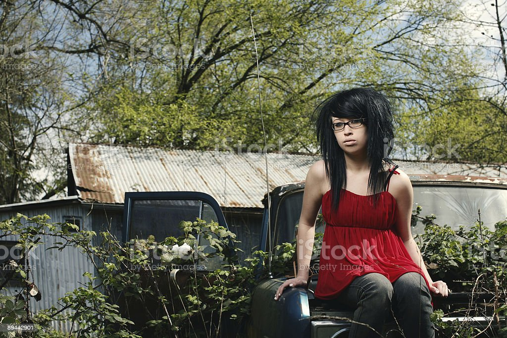 Scene Girl Sitting in Rusty Truck royalty free stockfoto