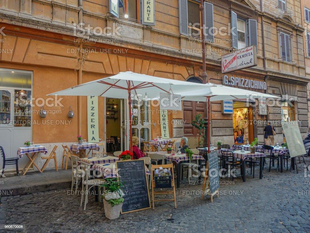 Escena En Una Terraza De Roma Foto De Stock Y Más Banco De