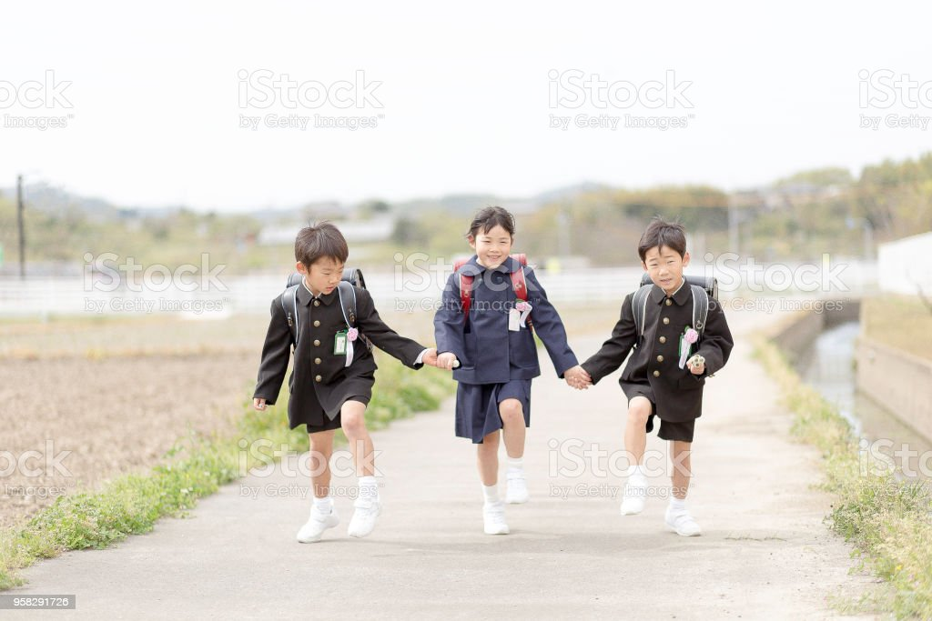 A Scene Where A Japanese Elementary School Student Carries A