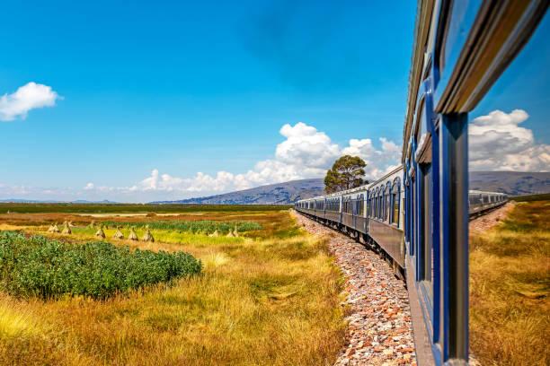 アレキパからクスコまでの列車の旅に沿った風景。ペルー。 - プノ ストックフォトと画像