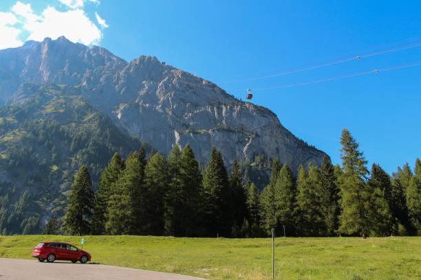 Landschaft-Landschaft mit grünen Wald, Gebirge und Seilbahn. Malga Ciapela, Veneto, Italien. – Foto