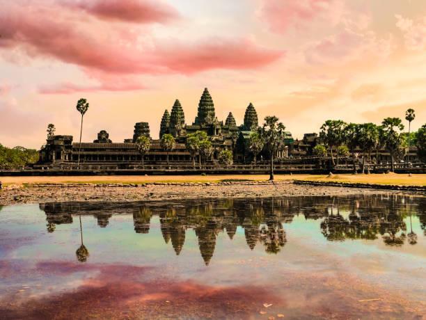 Landschaft von Angkor Wat auf den See und die Spiegelung im Wasser bei Sonnenaufgang. UNESCO-Weltkulturerbe in Kambodscha – Foto