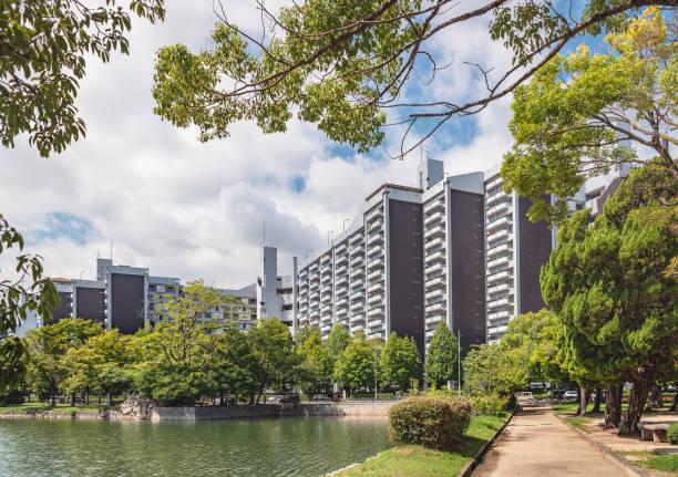 住宅地の風景 - 緑 ビル ストックフォトと画像