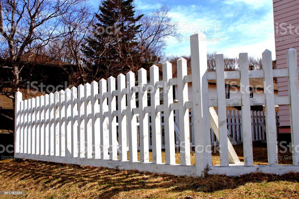 Landschaft Mit Einem Weissen Zaun Rund Um Das Alte Haus Des Fruhlings