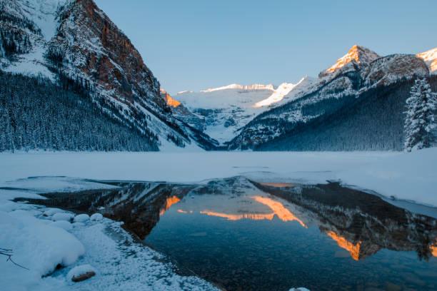 scenes of lake louise in dawn - lake louise stockfoto's en -beelden