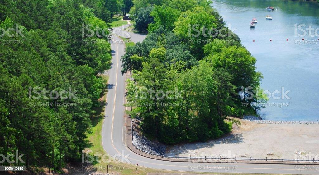 Schilderachtige Luchtfoto uitzicht over een bochtige weg en prachtige blauwe rivier - Royalty-free Asfalt Stockfoto