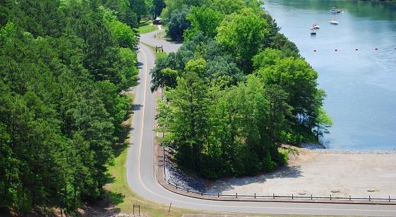 Schilderachtige Luchtfoto Uitzicht Over Een Bochtige Weg En Prachtige Blauwe Rivier Stockfoto en meer beelden van Asfalt